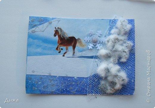 """Всем огромный приветик! Представляю вам АТС карточки """"Бегущие с ветром"""" Техника аппликация, фон  раскрасила акварельными красками (техника набрызг), приклеила картинки лошадей,  приклеила цветочки (подарочки мастериц), стразы, полубусины, блеск для ногтей (серебристый, синий, голубой, розовый, золотистый), сетка (белая, голубая), пряжа -травка, вата-снег, ракушки и камни.  Я должна АТС карточку мастерицам Полина К Мелоди  (Полина), Юля Самоделкина (Юля) и ИРИСКА 2012 (Ирина), прошу их выбирать первыми, если им понравиться. фото 15"""