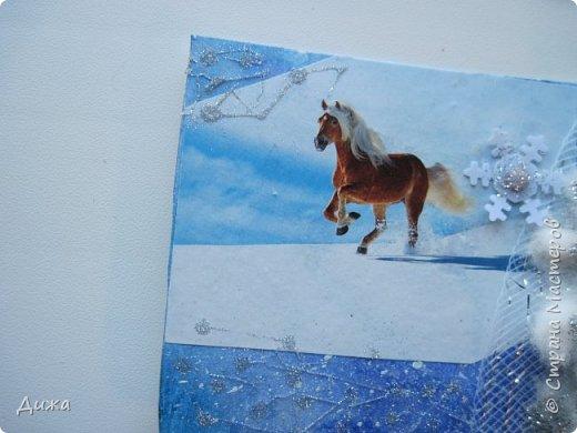"""Всем огромный приветик! Представляю вам АТС карточки """"Бегущие с ветром"""" Техника аппликация, фон  раскрасила акварельными красками (техника набрызг), приклеила картинки лошадей,  приклеила цветочки (подарочки мастериц), стразы, полубусины, блеск для ногтей (серебристый, синий, голубой, розовый, золотистый), сетка (белая, голубая), пряжа -травка, вата-снег, ракушки и камни.  Я должна АТС карточку мастерицам Полина К Мелоди  (Полина), Юля Самоделкина (Юля) и ИРИСКА 2012 (Ирина), прошу их выбирать первыми, если им понравиться. фото 16"""