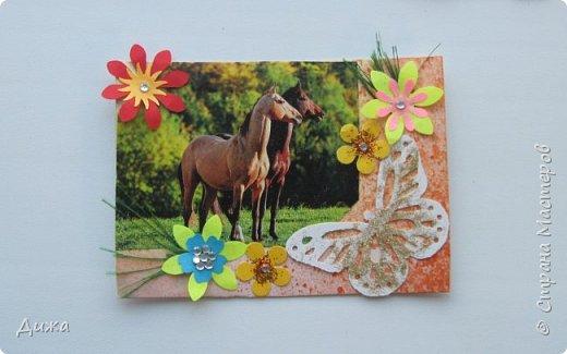"""Всем огромный приветик! Представляю вам АТС карточки """"Бегущие с ветром"""" Техника аппликация, фон  раскрасила акварельными красками (техника набрызг), приклеила картинки лошадей,  приклеила цветочки (подарочки мастериц), стразы, полубусины, блеск для ногтей (серебристый, синий, голубой, розовый, золотистый), сетка (белая, голубая), пряжа -травка, вата-снег, ракушки и камни.  Я должна АТС карточку мастерицам Полина К Мелоди  (Полина), Юля Самоделкина (Юля) и ИРИСКА 2012 (Ирина), прошу их выбирать первыми, если им понравиться. фото 18"""