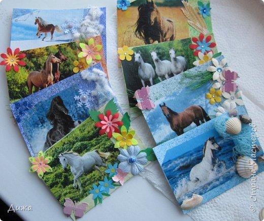 """Всем огромный приветик! Представляю вам АТС карточки """"Бегущие с ветром"""" Техника аппликация, фон  раскрасила акварельными красками (техника набрызг), приклеила картинки лошадей,  приклеила цветочки (подарочки мастериц), стразы, полубусины, блеск для ногтей (серебристый, синий, голубой, розовый, золотистый), сетка (белая, голубая), пряжа -травка, вата-снег, ракушки и камни.  Я должна АТС карточку мастерицам Полина К Мелоди  (Полина), Юля Самоделкина (Юля) и ИРИСКА 2012 (Ирина), прошу их выбирать первыми, если им понравиться. фото 20"""