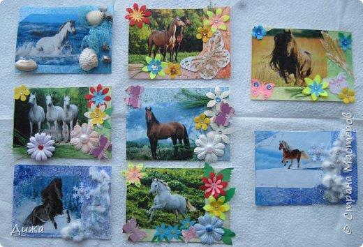 """Всем огромный приветик! Представляю вам АТС карточки """"Бегущие с ветром"""" Техника аппликация, фон  раскрасила акварельными красками (техника набрызг), приклеила картинки лошадей,  приклеила цветочки (подарочки мастериц), стразы, полубусины, блеск для ногтей (серебристый, синий, голубой, розовый, золотистый), сетка (белая, голубая), пряжа -травка, вата-снег, ракушки и камни.  Я должна АТС карточку мастерицам Полина К Мелоди  (Полина), Юля Самоделкина (Юля) и ИРИСКА 2012 (Ирина), прошу их выбирать первыми, если им понравиться. фото 1"""