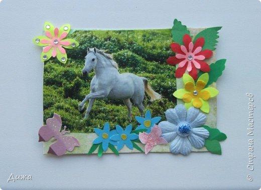 """Всем огромный приветик! Представляю вам АТС карточки """"Бегущие с ветром"""" Техника аппликация, фон  раскрасила акварельными красками (техника набрызг), приклеила картинки лошадей,  приклеила цветочки (подарочки мастериц), стразы, полубусины, блеск для ногтей (серебристый, синий, голубой, розовый, золотистый), сетка (белая, голубая), пряжа -травка, вата-снег, ракушки и камни.  Я должна АТС карточку мастерицам Полина К Мелоди  (Полина), Юля Самоделкина (Юля) и ИРИСКА 2012 (Ирина), прошу их выбирать первыми, если им понравиться. фото 7"""