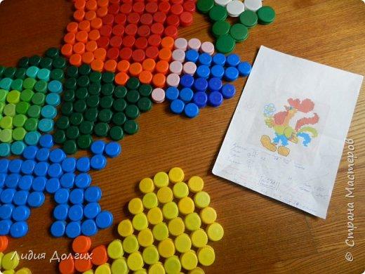В этом году младшая внучка идёт в школу. Эта мозаика - наш прощальный подарок любимому садику. Задняя стенка веранды была унылого бледно-облезлого голубого цвета. Теперь она выглядит так. фото 6