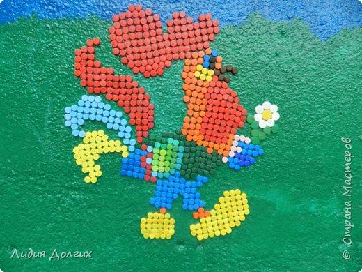 В этом году младшая внучка идёт в школу. Эта мозаика - наш прощальный подарок любимому садику. Задняя стенка веранды была унылого бледно-облезлого голубого цвета. Теперь она выглядит так. фото 20