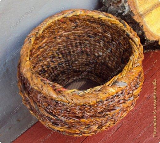 Корзинки из газетных трубочек хорошо защищают цветочный горшок, стоящий на ярком солнце, от перегревания. Очеpедная плетёнка с дном из сотового поликарбоната, который остался от установки огородной теплицы. фото 3