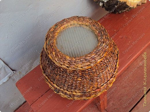 Корзинки из газетных трубочек хорошо защищают цветочный горшок, стоящий на ярком солнце, от перегревания. Очеpедная плетёнка с дном из сотового поликарбоната, который остался от установки огородной теплицы. фото 5