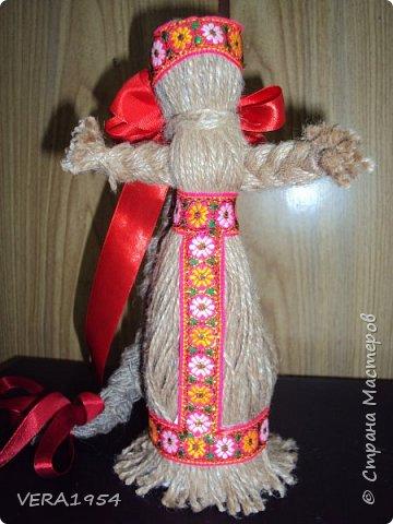 """Добрый вечер, друзья!   Закончив весной курсы """"Кукольный хоровод"""" замечательного педагога Елены Крошко, на каникулах увлеклись с детьми народными куколками.Решили, что и у детей, со временем, будет хорощая коллекция народных кукол.  Куколка Краса.  фото 1"""