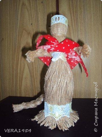 """Добрый вечер, друзья!   Закончив весной курсы """"Кукольный хоровод"""" замечательного педагога Елены Крошко, на каникулах увлеклись с детьми народными куколками.Решили, что и у детей, со временем, будет хорощая коллекция народных кукол.  Куколка Краса.  фото 4"""