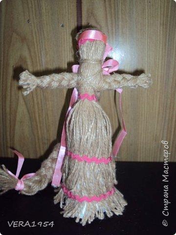 """Добрый вечер, друзья!   Закончив весной курсы """"Кукольный хоровод"""" замечательного педагога Елены Крошко, на каникулах увлеклись с детьми народными куколками.Решили, что и у детей, со временем, будет хорощая коллекция народных кукол.  Куколка Краса.  фото 2"""