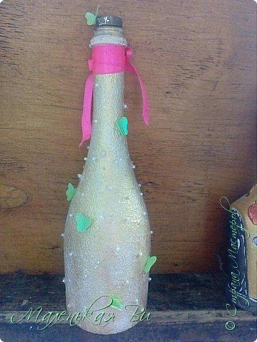 Решила попробовать задекупажить бутылочки и вот, что из этого вышло. Последняя, недавно закончила, в хомячьих запасах много разных бусинок,ленточек и бабочек немного было, ну и вот все воплотила в одну задумку.  фото 2