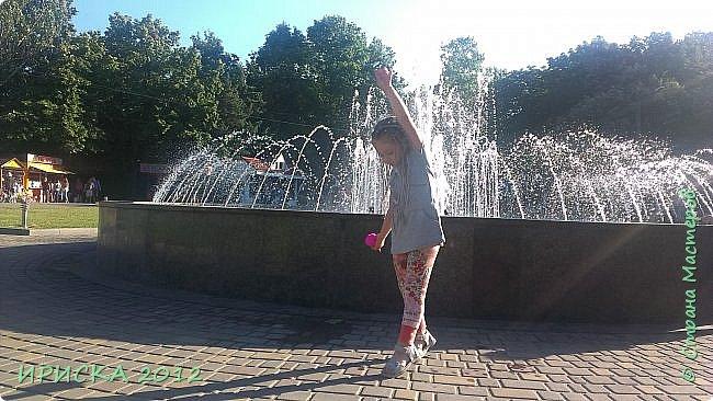 Привет всем гостям моей странички!!! Гуляли мы как-то с дочкой в нашем парке Горького и увидели девочку с такой яркой прической, от которой моя Людочка пришла в восторг. Она сказала, что хочет такую прическу и уже на следующий день я пошла и купила разных цветов нитки. А когда с доченькой пришли домой из детского сада, она села на стул и сказала, что готова плести косички. Так и получилась у нас прическа а-ля афрокосички, в оригинале плетется от 100 до 300 косичек. Я Людочке всего лишь 30 заплела. фото 11