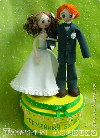 Недавно произошло радостное событие- мой двоюродный брат, пару месяцев назад отметивший своё 30-летие, женился. Я решила подарить молодым на свадьбу запоминающийся подарок, который к тому же можно будет применять в дальнейшей жизни. Сразу пришла мысль сделать шкатулку для денег. А если свадьба- то обязательно жених и невеста. Вдохновение не заставило себя долго ждать, и процесс пошёл. фото 14