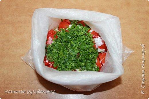 Добрый день, Страна Мастеров! На грядках поспели помидоры и пора уже их готовить.  Сегодня я решила сделать малосольные помидоры в пакете за одни сутки. Рецепт внизу. фото 16