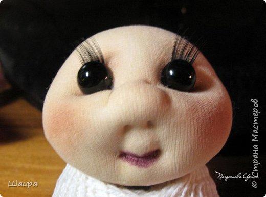 Кукла 22 см.  Голова и ножки из капрона, тело пряжа-нитки, ручки на проволоке, волосы искусственные, глаза-полубусины. Может самостоятельно сидеть.  фото 3