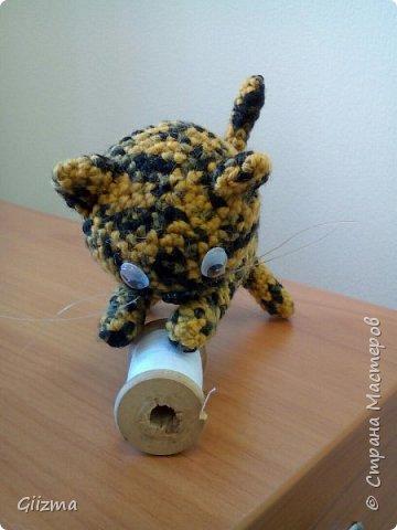 Здравствуйте! У меня новый малыш, котенок Неко. МК нашла в Инете в свободном доступе, насколько поняла, автор - Little Bear Crochets. Не знаю, кто это, поскольку МК нашла уже переведенным, но спасибо автору!  Нашла здесь: (бесплатный ресурс) http://www.amigurumi-shemy.ru/2016/10/kotik-amigurumi-neko-atsume.html фото 3