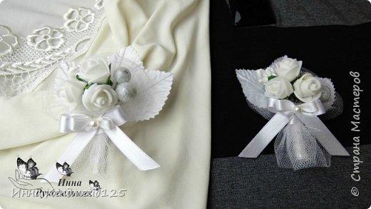 Свадебные бутоньерки для жениха и невесты. Материалы: розочки, листики, калина в сахаре, клей, ленты,  флористическая лента, нитка, шпилька, тычинки, фатин, полубусина. фото 1