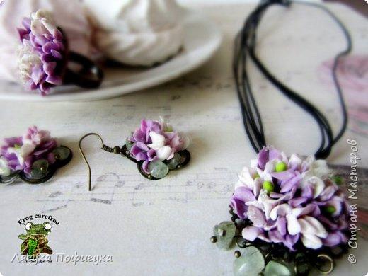 Подвеска, кольцо и серьги с мелкими цветочками сиреневых оттенков, украшено натуральными самоцветами. фото 1