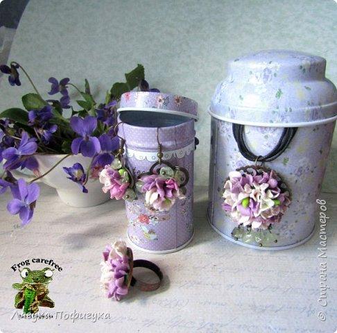 Подвеска, кольцо и серьги с мелкими цветочками сиреневых оттенков, украшено натуральными самоцветами. фото 3