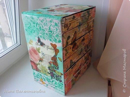 Комодик получился довольно большой и вместительный. Делался специально под бижутерию.Не удобно было хранить бижутерию в коробках шкатулках.Очень давно был план сделать комодик.Помог день рождения внука.Подарили ему игрушки в хороших плотных коробках.Они и пошли в дело.Каждую коробку разрезала на половину.Высота комодика 35см, ширина 27,5см, глубина 20см. Высота ящечка 5см фото 4