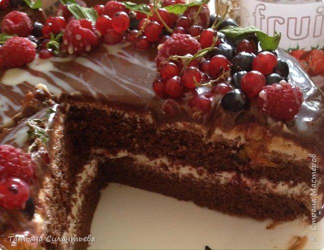 Два тортика сделаны по одному рецепту. Разное украшение, но вкус бесподобный! Шоколадный бисквит, пропитка малиновым сиропом, крем из маскарпоне и сливок, полит шоколадным ганашем, украшение - мята, фрукты (малина, смородина красная и черная).    фото 2