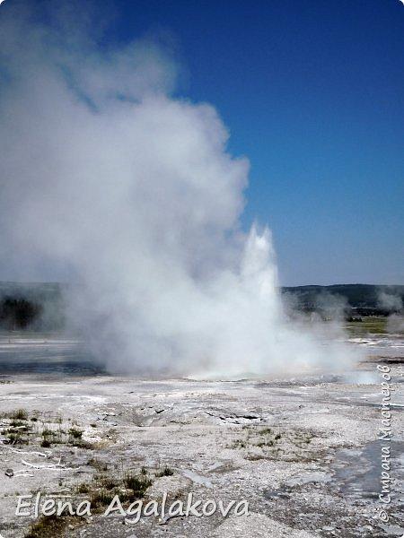 Продолжаю делится впечатлениями от поездки в Йе́ллоустон (Yellowstone National Park)— международный биосферный заповедник, объект Всемирного Наследия ЮНЕСКО, первый в мире национальный парк (основан 1 марта 1872 года). Находится в США, на территории штатов Вайоминг, Монтана и Айдахо. Парк знаменит многочисленными гейзерами и другими геотермическими объектами, богатой живой природой, живописными ландшафтами. ( взято из Википедии ) Мы останавливались в кемпингах в палатках. Парк произвел на нас огромное впечатление. Очень хочется поделится с вами красотой которую я увидела.  В один фоторепортаж трудно вместить все увиденное.  фото 6