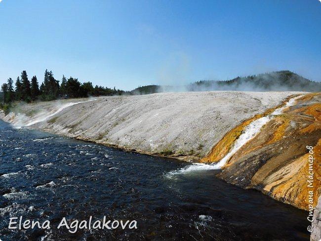 Продолжаю делится впечатлениями от поездки в Йе́ллоустон (Yellowstone National Park)— международный биосферный заповедник, объект Всемирного Наследия ЮНЕСКО, первый в мире национальный парк (основан 1 марта 1872 года). Находится в США, на территории штатов Вайоминг, Монтана и Айдахо. Парк знаменит многочисленными гейзерами и другими геотермическими объектами, богатой живой природой, живописными ландшафтами. ( взято из Википедии ) Мы останавливались в кемпингах в палатках. Парк произвел на нас огромное впечатление. Очень хочется поделится с вами красотой которую я увидела.  В один фоторепортаж трудно вместить все увиденное.  фото 10