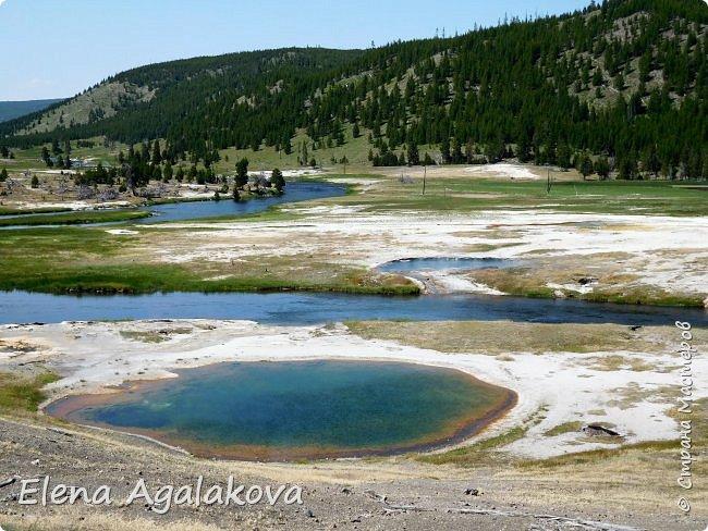 Продолжаю делится впечатлениями от поездки в Йе́ллоустон (Yellowstone National Park)— международный биосферный заповедник, объект Всемирного Наследия ЮНЕСКО, первый в мире национальный парк (основан 1 марта 1872 года). Находится в США, на территории штатов Вайоминг, Монтана и Айдахо. Парк знаменит многочисленными гейзерами и другими геотермическими объектами, богатой живой природой, живописными ландшафтами. ( взято из Википедии ) Мы останавливались в кемпингах в палатках. Парк произвел на нас огромное впечатление. Очень хочется поделится с вами красотой которую я увидела.  В один фоторепортаж трудно вместить все увиденное.  фото 18