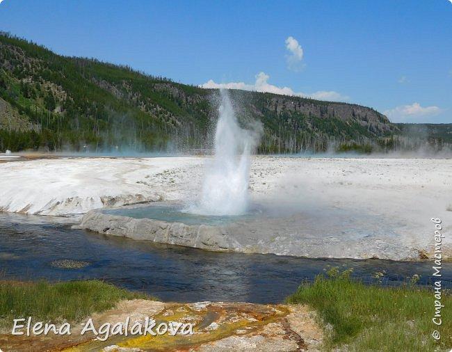 Продолжаю делится впечатлениями от поездки в Йе́ллоустон (Yellowstone National Park)— международный биосферный заповедник, объект Всемирного Наследия ЮНЕСКО, первый в мире национальный парк (основан 1 марта 1872 года). Находится в США, на территории штатов Вайоминг, Монтана и Айдахо. Парк знаменит многочисленными гейзерами и другими геотермическими объектами, богатой живой природой, живописными ландшафтами. ( взято из Википедии ) Мы останавливались в кемпингах в палатках. Парк произвел на нас огромное впечатление. Очень хочется поделится с вами красотой которую я увидела.  В один фоторепортаж трудно вместить все увиденное.  фото 25