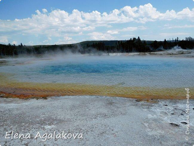 Продолжаю делится впечатлениями от поездки в Йе́ллоустон (Yellowstone National Park)— международный биосферный заповедник, объект Всемирного Наследия ЮНЕСКО, первый в мире национальный парк (основан 1 марта 1872 года). Находится в США, на территории штатов Вайоминг, Монтана и Айдахо. Парк знаменит многочисленными гейзерами и другими геотермическими объектами, богатой живой природой, живописными ландшафтами. ( взято из Википедии ) Мы останавливались в кемпингах в палатках. Парк произвел на нас огромное впечатление. Очень хочется поделится с вами красотой которую я увидела.  В один фоторепортаж трудно вместить все увиденное.  фото 29