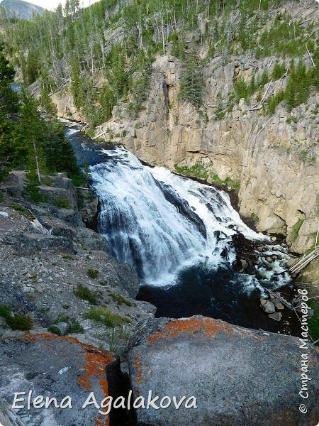 Продолжаю делится впечатлениями от поездки в Йе́ллоустон (Yellowstone National Park)— международный биосферный заповедник, объект Всемирного Наследия ЮНЕСКО, первый в мире национальный парк (основан 1 марта 1872 года). Находится в США, на территории штатов Вайоминг, Монтана и Айдахо. Парк знаменит многочисленными гейзерами и другими геотермическими объектами, богатой живой природой, живописными ландшафтами. ( взято из Википедии ) Мы останавливались в кемпингах в палатках. Парк произвел на нас огромное впечатление. Очень хочется поделится с вами красотой которую я увидела.  В один фоторепортаж трудно вместить все увиденное.  фото 31