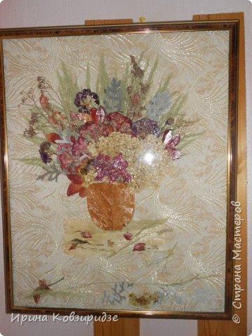 """Сделала на заказ несколько картин. Первая - """"Райские птички"""". Размер 40х50см. Основа- тёмно-синий шёлк. Перья павлина в качестве травы на заднем фоне и в самих птичках. Внизу картины - лепестки роз, листья барбариса для разноцветья. Фото сделано без стекла. фото 2"""