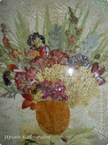 """Сделала на заказ несколько картин. Первая - """"Райские птички"""". Размер 40х50см. Основа- тёмно-синий шёлк. Перья павлина в качестве травы на заднем фоне и в самих птичках. Внизу картины - лепестки роз, листья барбариса для разноцветья. Фото сделано без стекла. фото 3"""