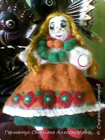 """Кукла Аленушка -работа моей племянницы  Алены Мазок  ученицы 7 класса   .Занимается  она в художественной школе  г, Минска  в 3 """" А"""" классе.   Работы Алены   занимают призовые места в различных выставках и конкурсах , так как   отличаются    хорошим художественным вкусом ,оригинальностью !!!!  Огромное спасибо за прелестную куколку !!! Удачи ,Аленка,   во всем!!!  фото 2"""