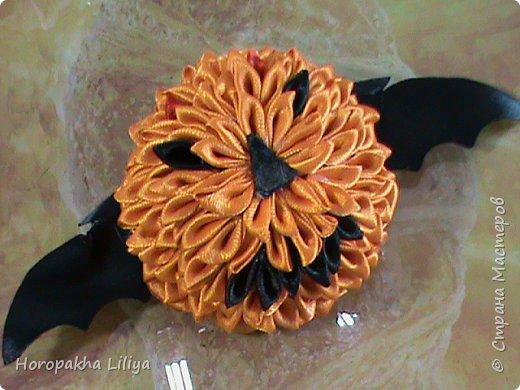 Импровизированная хеллоуинская тыковка-канзаши на заколке для волос фото 1