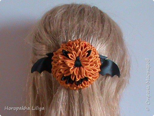 Импровизированная хеллоуинская тыковка-канзаши на заколке для волос фото 2