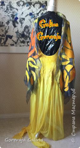 Платье с большим вырезом на спине и яркий палантин. Согласитесь,  отличное сочетание! фото 1