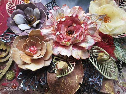 Добрый день! На день рождения подруги сделала холст в стиле микс медиа. Использовала краски, спреи, вырубку, цветы из бумаги, ткани, фоамирана. А так же засушенные листья и сухие бутоны розочек. фото 7
