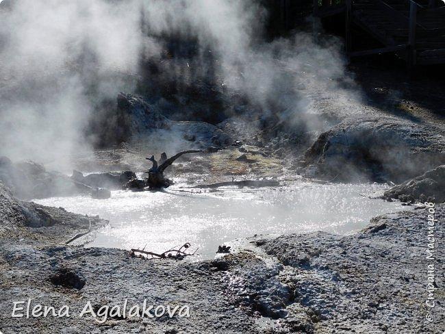 Продолжаю делится впечатлениями от поездки в Йе́ллоустон (Yellowstone National Park)— международный биосферный заповедник, объект Всемирного Наследия ЮНЕСКО, первый в мире национальный парк (основан 1 марта 1872 года). Находится в США, на территории штатов Вайоминг, Монтана и Айдахо. Парк знаменит многочисленными гейзерами и другими геотермическими объектами, богатой живой природой, живописными ландшафтами. ( взято из Википедии )  Мы останавливались в кемпингах в палатках. Парк произвел на нас огромное впечатление. Очень хочется поделится с вами красотой которую я увидела. В один фоторепортаж трудно вместить все увиденное поэтому это уже третий и будут еще...  фото 7