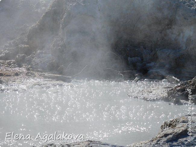 Продолжаю делится впечатлениями от поездки в Йе́ллоустон (Yellowstone National Park)— международный биосферный заповедник, объект Всемирного Наследия ЮНЕСКО, первый в мире национальный парк (основан 1 марта 1872 года). Находится в США, на территории штатов Вайоминг, Монтана и Айдахо. Парк знаменит многочисленными гейзерами и другими геотермическими объектами, богатой живой природой, живописными ландшафтами. ( взято из Википедии )  Мы останавливались в кемпингах в палатках. Парк произвел на нас огромное впечатление. Очень хочется поделится с вами красотой которую я увидела. В один фоторепортаж трудно вместить все увиденное поэтому это уже третий и будут еще...  фото 8