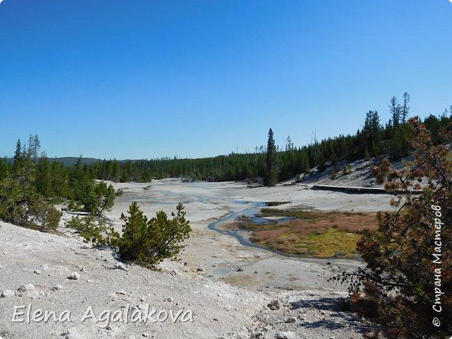 Продолжаю делится впечатлениями от поездки в Йе́ллоустон (Yellowstone National Park)— международный биосферный заповедник, объект Всемирного Наследия ЮНЕСКО, первый в мире национальный парк (основан 1 марта 1872 года). Находится в США, на территории штатов Вайоминг, Монтана и Айдахо. Парк знаменит многочисленными гейзерами и другими геотермическими объектами, богатой живой природой, живописными ландшафтами. ( взято из Википедии )  Мы останавливались в кемпингах в палатках. Парк произвел на нас огромное впечатление. Очень хочется поделится с вами красотой которую я увидела. В один фоторепортаж трудно вместить все увиденное поэтому это уже третий и будут еще...  фото 6