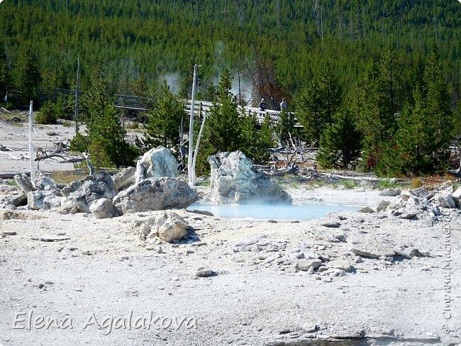 Продолжаю делится впечатлениями от поездки в Йе́ллоустон (Yellowstone National Park)— международный биосферный заповедник, объект Всемирного Наследия ЮНЕСКО, первый в мире национальный парк (основан 1 марта 1872 года). Находится в США, на территории штатов Вайоминг, Монтана и Айдахо. Парк знаменит многочисленными гейзерами и другими геотермическими объектами, богатой живой природой, живописными ландшафтами. ( взято из Википедии )  Мы останавливались в кемпингах в палатках. Парк произвел на нас огромное впечатление. Очень хочется поделится с вами красотой которую я увидела. В один фоторепортаж трудно вместить все увиденное поэтому это уже третий и будут еще...  фото 15