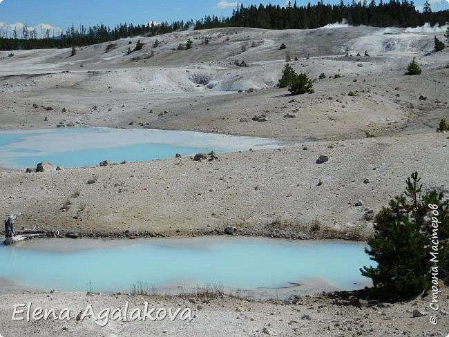 Продолжаю делится впечатлениями от поездки в Йе́ллоустон (Yellowstone National Park)— международный биосферный заповедник, объект Всемирного Наследия ЮНЕСКО, первый в мире национальный парк (основан 1 марта 1872 года). Находится в США, на территории штатов Вайоминг, Монтана и Айдахо. Парк знаменит многочисленными гейзерами и другими геотермическими объектами, богатой живой природой, живописными ландшафтами. ( взято из Википедии )  Мы останавливались в кемпингах в палатках. Парк произвел на нас огромное впечатление. Очень хочется поделится с вами красотой которую я увидела. В один фоторепортаж трудно вместить все увиденное поэтому это уже третий и будут еще...  фото 21