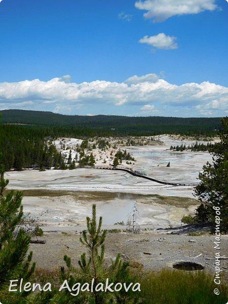 Продолжаю делится впечатлениями от поездки в Йе́ллоустон (Yellowstone National Park)— международный биосферный заповедник, объект Всемирного Наследия ЮНЕСКО, первый в мире национальный парк (основан 1 марта 1872 года). Находится в США, на территории штатов Вайоминг, Монтана и Айдахо. Парк знаменит многочисленными гейзерами и другими геотермическими объектами, богатой живой природой, живописными ландшафтами. ( взято из Википедии )  Мы останавливались в кемпингах в палатках. Парк произвел на нас огромное впечатление. Очень хочется поделится с вами красотой которую я увидела. В один фоторепортаж трудно вместить все увиденное поэтому это уже третий и будут еще...  фото 33
