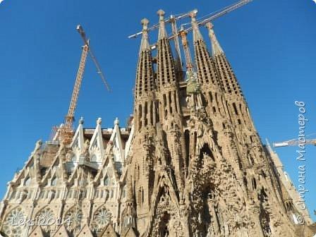 Дорогие друзья! Приглашаю Вас на экскурсию по Барселоне, прекрасному испанскому городу. Несомненно, визитной карточкой города являются работы архитектора Антонио Гауди. Одна из работ - Собор Саграда Фамилия, или Храм Святого Семейства. Храм необычен, каждый его фасад не похож на другой. фото 2