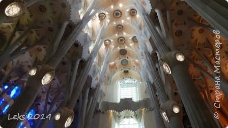 Дорогие друзья! Приглашаю Вас на экскурсию по Барселоне, прекрасному испанскому городу. Несомненно, визитной карточкой города являются работы архитектора Антонио Гауди. Одна из работ - Собор Саграда Фамилия, или Храм Святого Семейства. Храм необычен, каждый его фасад не похож на другой. фото 3