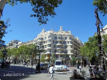 Дорогие друзья! Приглашаю Вас на экскурсию по Барселоне, прекрасному испанскому городу. Несомненно, визитной карточкой города являются работы архитектора Антонио Гауди. Одна из работ - Собор Саграда Фамилия, или Храм Святого Семейства. Храм необычен, каждый его фасад не похож на другой. фото 5