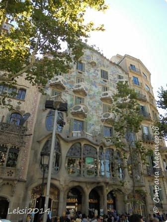 Дорогие друзья! Приглашаю Вас на экскурсию по Барселоне, прекрасному испанскому городу. Несомненно, визитной карточкой города являются работы архитектора Антонио Гауди. Одна из работ - Собор Саграда Фамилия, или Храм Святого Семейства. Храм необычен, каждый его фасад не похож на другой. фото 6