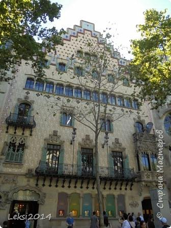 Дорогие друзья! Приглашаю Вас на экскурсию по Барселоне, прекрасному испанскому городу. Несомненно, визитной карточкой города являются работы архитектора Антонио Гауди. Одна из работ - Собор Саграда Фамилия, или Храм Святого Семейства. Храм необычен, каждый его фасад не похож на другой. фото 7