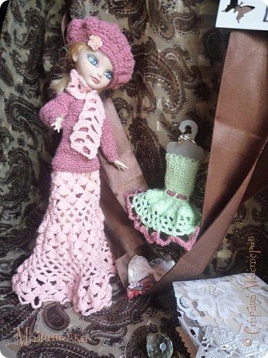 """Здравствуйте, дорогие мастера и мастерицы!!! К сожалению, от лета остался всего один месяц, и это сподвигло меня на создание конкурса. Название говорит само за себя. Итак, сначала правила:    - Вы должны связать наряд;    - На кого вязать: у меня это кукла, но я хочу, чтобы не только кукольники могли в нем поучаствовать, ведь """"вязание для всех"""". Вы можете связать наряд для мягкой игрушки, для самодельной куколки и т.п. ;    - Вязать можно и крючком и спицами;    - Наряд не должен состоять только из одной вещи, минимум две вязаных;    - Не менее пяти фото +тех.фото;    - Засчитываются баллы за фон;    - Указывайте, если вам не сложно, ссылку на конкурс;    - Прием работ окончится 27 августа, вязание требует большего времени, чем просто шитье; Голосование будет длиться дней пять, после будут итоги. Будут три победителя по голосованию, и еще один от меня. Всем участникам грамоты и дипломы. А победителям... Хотела сделать материальные призы, но на нашу почту сейчас ни в коем случае нельзя полагаться, от нас мало что доходит. Так что победителям будут портреты по фото в таком арт-аниме-стиле. На фото, кстати, может присутствовать до трех человек) Так, вроде бы всё объяснила, а если что забыла, спрашивайте в комментариях. фото 4"""