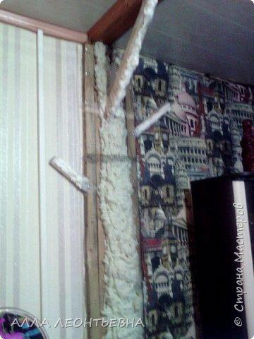 Всё началось-когда дочь с внучкой переехали в свою квартиру. У нас , в большом зале  \20 кв.м.\  --была установлена перегородка с аркой для зонирования пространства. Естественно----потом  мелкие комнаты стали   просто раздражать...и я снесла перегородку!....в стыке -где она была---решила сделать дерево..т.е применить своё творчество с цементом ! фото 3
